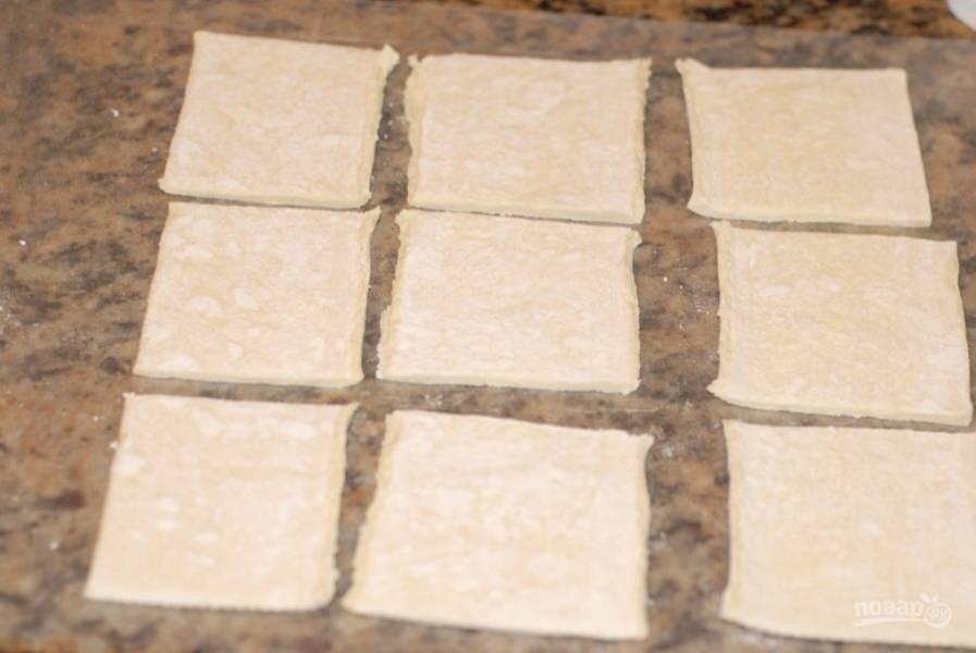 1. Нарежьте слоеное тесто на порционные кусочки.