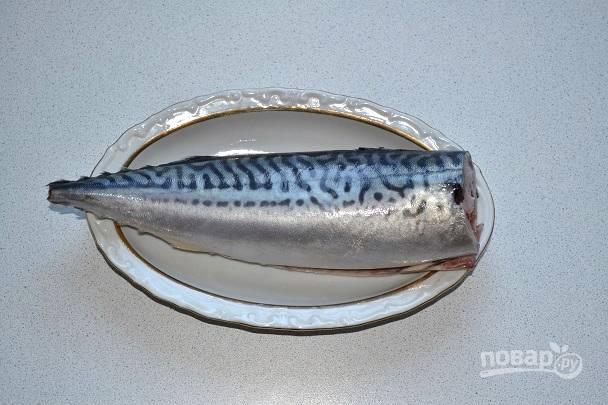 Рыбку вымойте, очистите, удалите голову и хвостик. Натрите со всех сторон солью и по желанию перцем.