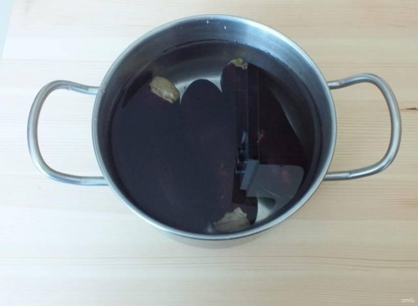 Баклажаны залейте водой и отварите в течение 15 минут. В баклажаны должен легко входить нож, но плотность овоща чувствоваться.