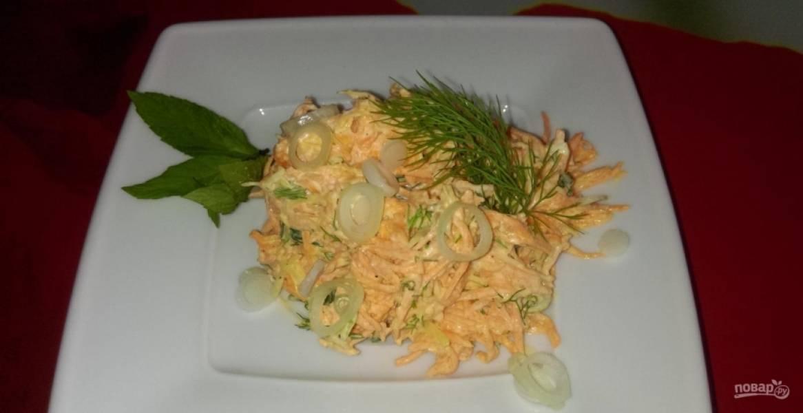 5.Тщательно перемешиваю салат. Подаю его к столу, украшаю зеленью и луковыми колечками. Приятного аппетита!