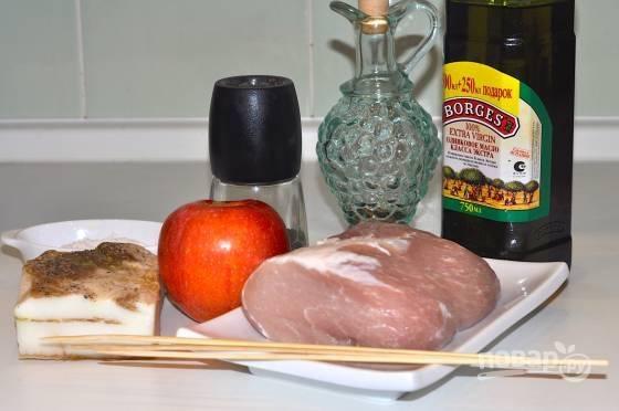 1. Вот такой набор ингредиентов нужно иметь под рукой, чтобы повторить рецепт в домашних условиях. Мясо вымойте, обсушите и сделайте надрезы, но не до конца.