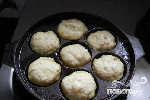 4.Скатайте из теста шарики, углубления сковородки или противень смажьте подсолнечным или другим постным маслом и выложите на них шарики.