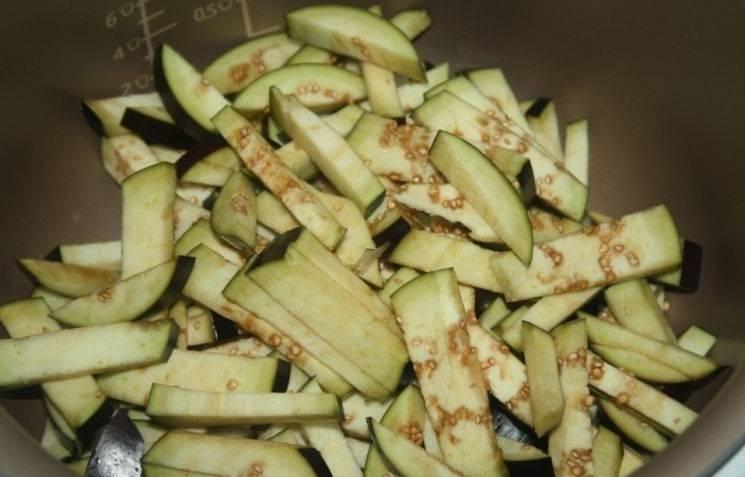 Итак, приступим, для начала мы промываем все овощи и нарезаем баклажаны на небольшие брусочки, выкладываем в чашу мультиварки.
