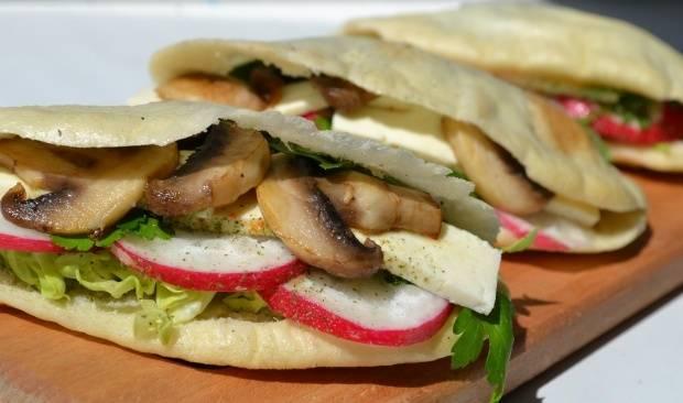 5. В питу выкладываем все ингредиенты (по желанию можно промазать майонезом) и салат в пите готов! Просто и очень быстро, а главное - вкусно!