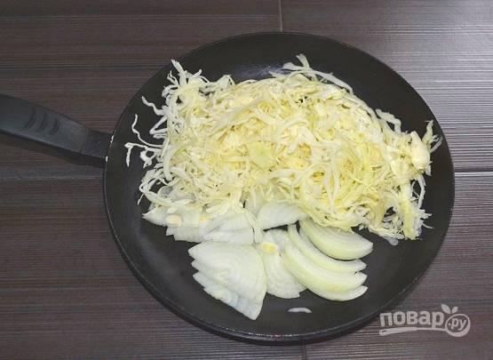 4. Добавьте нашинкованную капусту.