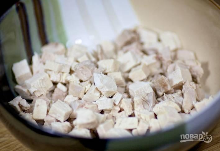 2.Достаю куриное мясо из кастрюли, остужаю, а затем нарезаю кубиками небольшого размера.