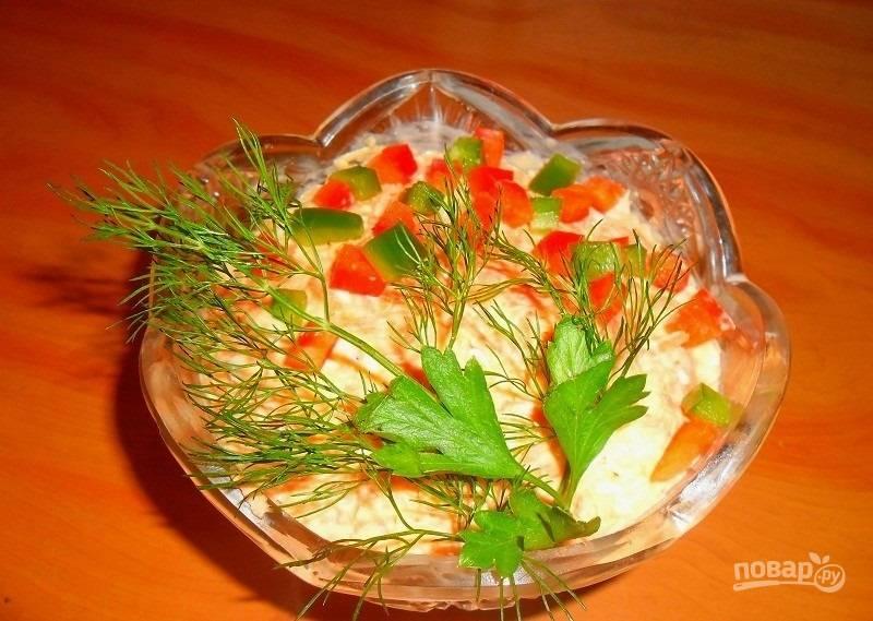 6.Готовый салат украшаю кубиками разноцветного болгарского перца, веточкой зелени и подаю к столу.