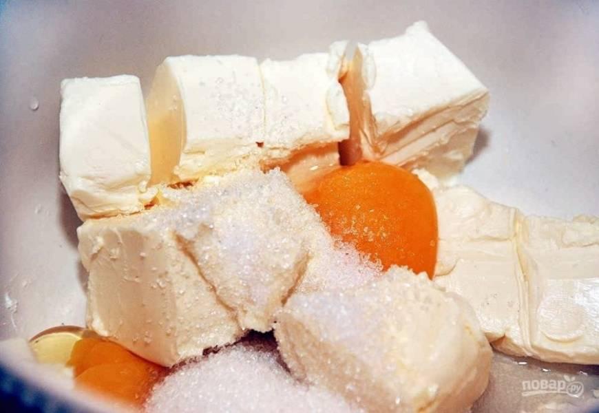 1.Размягченное сливочное масло нарежьте кусочками или натрите на крупной терке, добавьте к нему сахарный песок, ваниль и вбейте куриные яйца.
