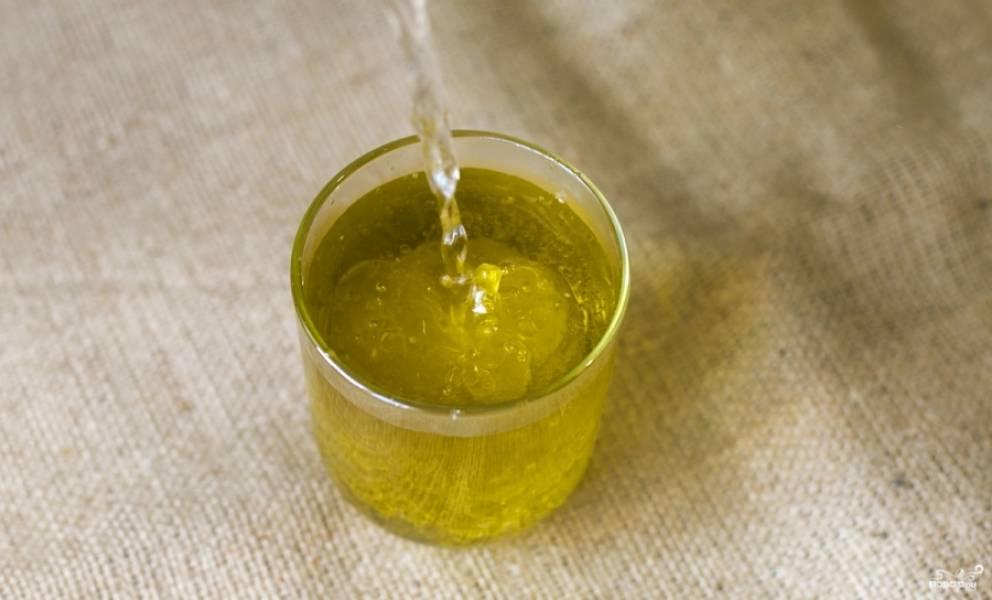 Тем временем вскипятите воду, залейте кипятком оливковое масло.