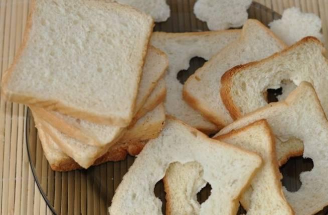 С помощью формочки или же руками вынимаем серединку мякиша у половины кусочков хлеба.