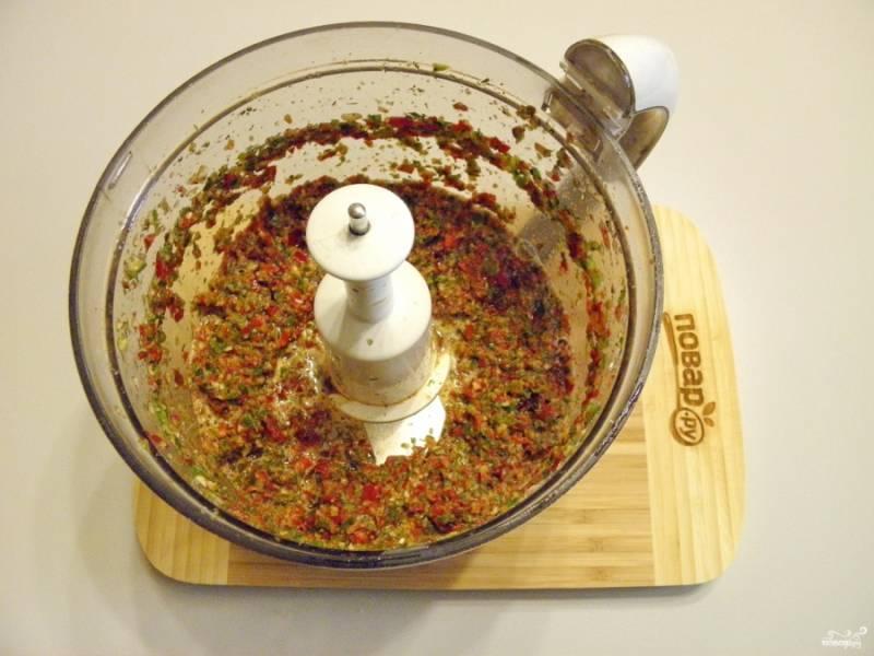 Максимально измельчите овощи. Аджика по классическому рецепту готова! Подавайте ее свежеприготовленной к столу.