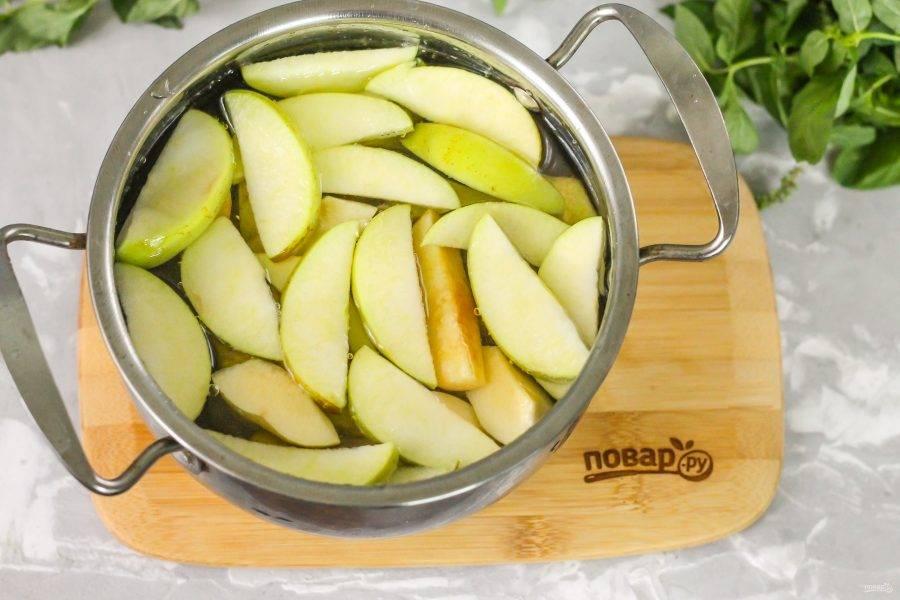 Влейте теплую воду и поместите кастрюлю на плиту. Доведите ее содержимое до кипения, затем нагрев убавьте до умеренного и отварите компот примерно 15-20 минут до мягкости нарезок.