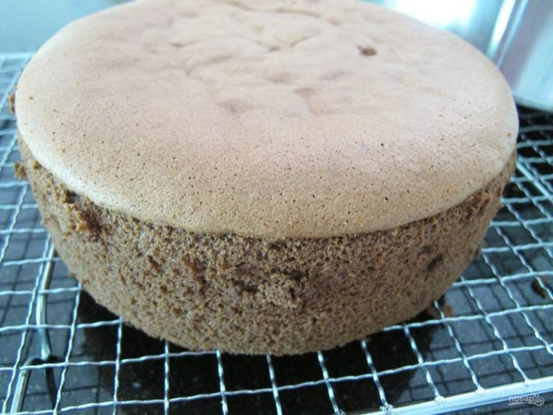 11.Переложите корж из формы на решетку и оставьте до полного остывания, а затем уже используйте для формирования торта.