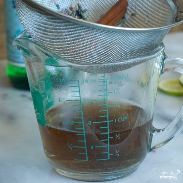 Получившуюся жидкость процеживаем в мерный стаканчик.