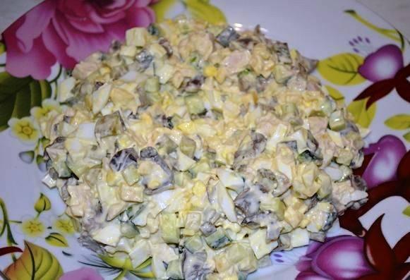 Смешайте все порезанные ингредиенты для салата, заправьте майонезом. Очистите яйца.