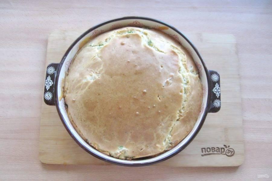 Выпекайте пирог в духовке, разогретой до 175-180 градусов 40 минут до румяной корочки.