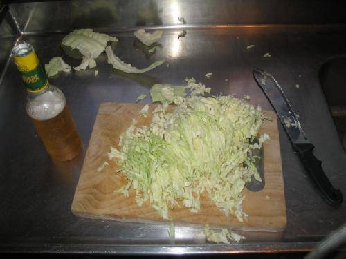 Мелко нашинкуйте капусту. Лучше её будет много, чем слишком мало.