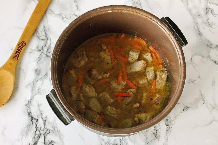 """Затем добавьте соль, специи и влейте кипяток. Воды должно быть столько, чтобы она почти полностью покрывала мясо. Тушите мясо на режиме """"Тушение"""" или """"Запекание"""" еще около 20-30 минут."""
