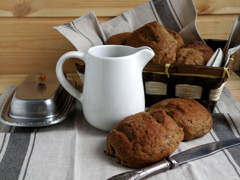 Булочки  выходят  несладкими, нейтральными, их можно подавать к мясной или сырной нарезке, использовать в бургерах. Подойдут они и на полдник с кружкой молока.