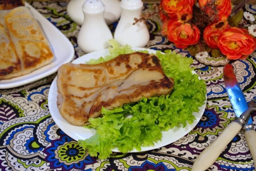 На растительном масле обжарьте конвертик (плацинду) с двух сторон на хорошо разогретой сковороде, при этом огонь должен быть ниже среднего.