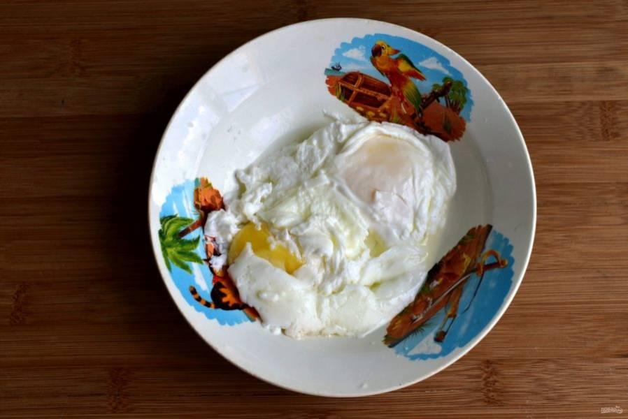 Пока суп доходит, сварите яйца-пашот по количеству порций супа. Процесс этот не сложный, но совершенно не располагающий к фотосъемке. Яйца должны быть свежие и комнатной температуры, лишь тогда они будут выглядеть красиво. Отдельно поджарьте до румянца бекон или грудинку, нарезав их соломкой. Обсушите на салфетке от излишков жира.