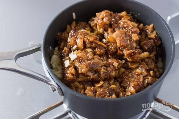 3.В сотейник выложите сахар, добавьте воду, палочку корицы, затем выложите яблоки и инжир.