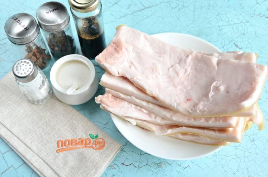 1. Свиную шкуру тщательно вымойте, почистите ножом. Подготовьте специи.