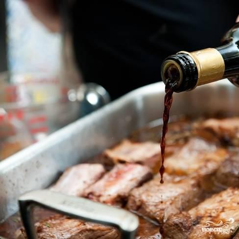 """7. Добавьте винный или бальзамический уксус. Можно это сделать тогда, когда вы добавляете вино. В любом случае - до того, как ребрышки """"уедут"""" в духовку."""