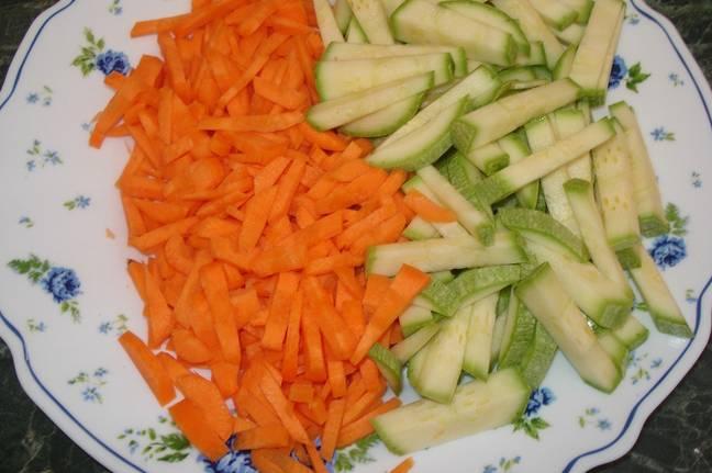 Тонкими брусочками нарезаем морковь и кабачок.