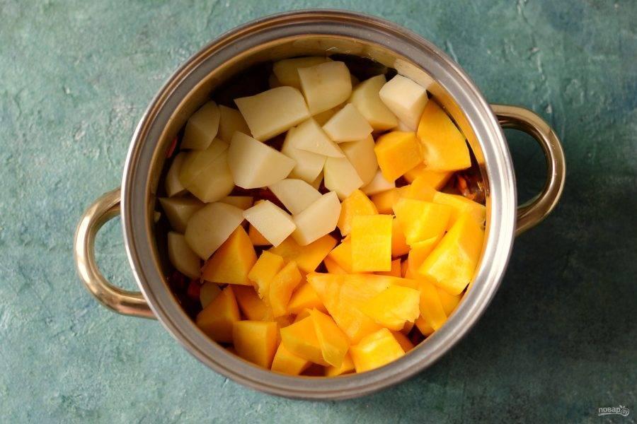 Картофель и тыкву помойте, очистите от кожуры, нарежьте кубиками. Отправьте в кастрюлю.