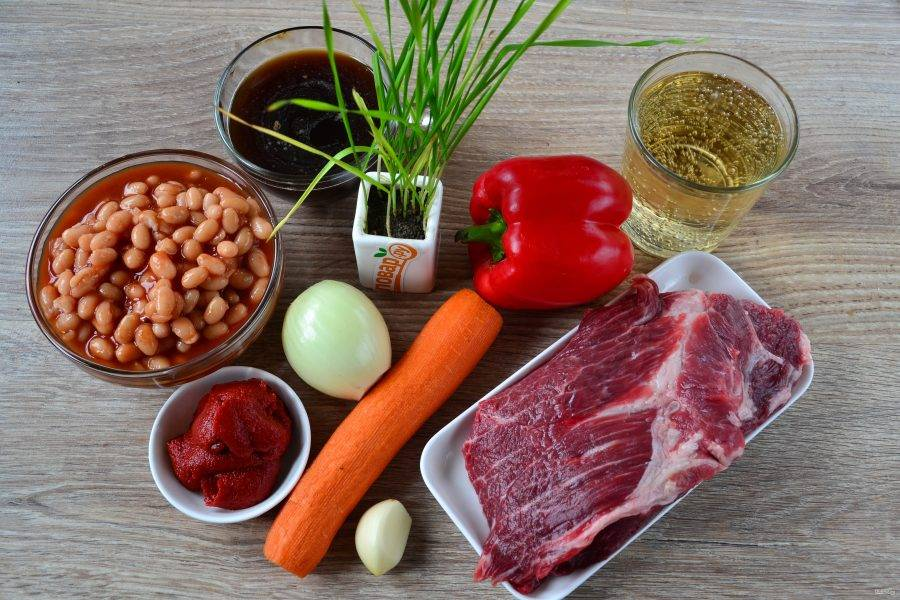 Подготовьте все необходимые ингредиенты. Овощи очистите и ополосните. Если хотите сделать блюдо более острым, добавьте также 1 острый перчик.