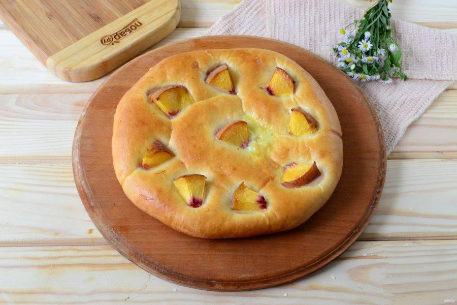 Как только сверху хачапури подзолотится, станет аппетитно-румяным, вынимайте его из духовки. Дайте пирогу немного остыть и подавайте к столу.