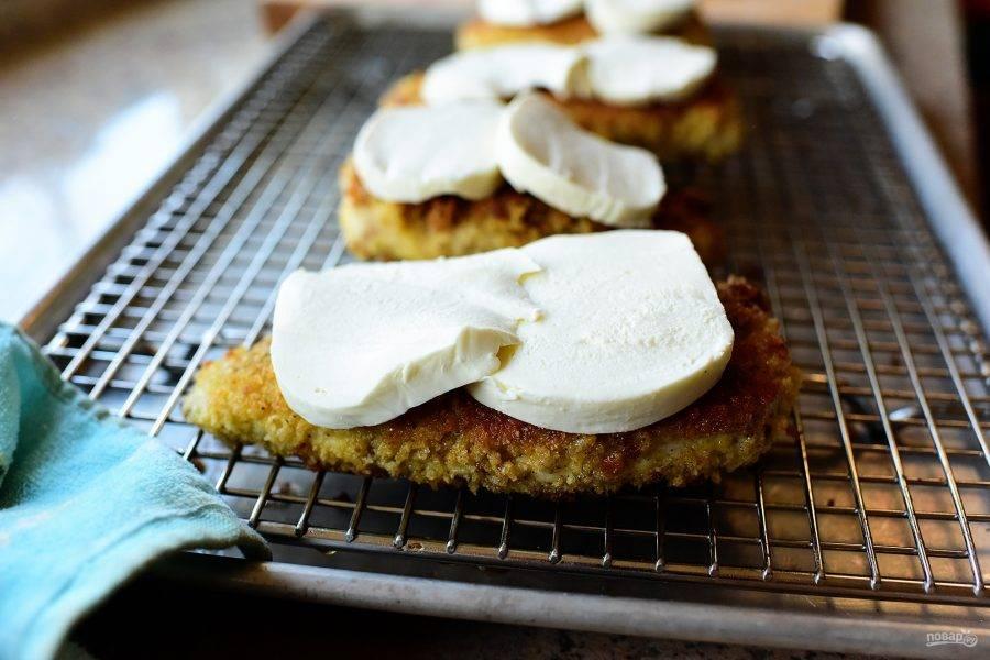 8. Положите ломтики моцареллы на мясо и поместите в духовку на 5 минут доготавливаться при температуре 180 градусов.