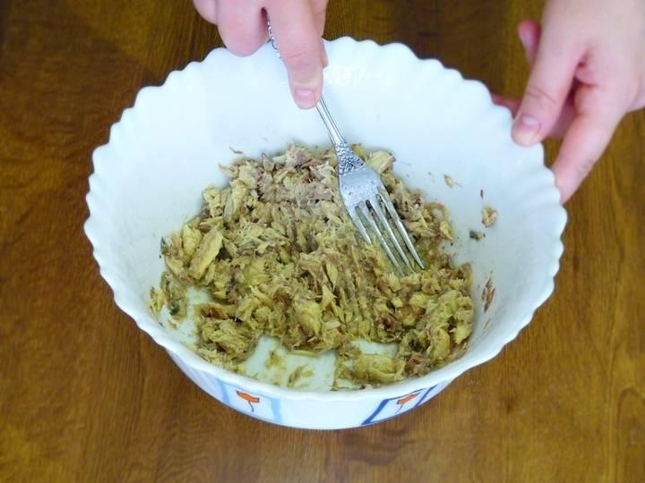 В отдельной посуде разминаем консервы до пастообразной консистенции. Добавляем вареные яйца, натёртые на тёрке. И снова всё разминаем. К пасте из рыбы с яйцом добавляем обжаренные лук и морковь. Солим, перчим. Хорошенько перемешиваем. Паста готова.
