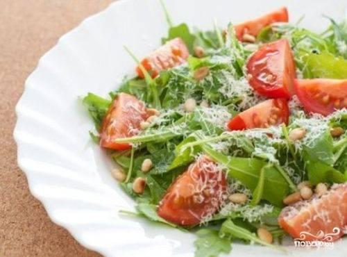 Салат мы делаем легкий и полезный. Помидоры черри режем пополам или на 4 части. Пармезан натираем на мелкой терке. Чистую и подсушенную рукколу рвем на части или же используем целую. Кедровые орешки поджарим немного на сковороде, тогда у салата будет очень вкусный аромат. Выкладываем зелень и помидоры на красивую тарелку, посыпаем кедровыми орешками, поливаем оливковым маслом и солим по вкусу.