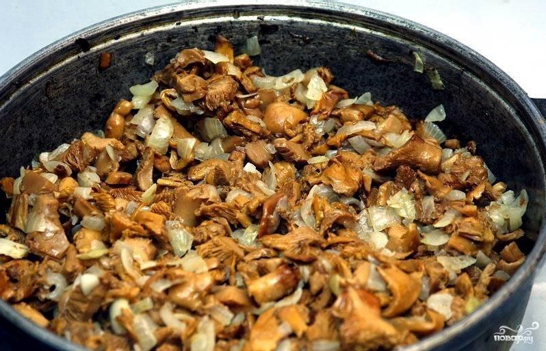 6.Когда жидкости не останется, добавляем растительного масла, кладем в сковороду лук. Жарим еще 5 минут, периодически помешивая.