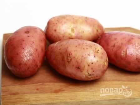 Картофель будем запекать в кожуре, поэтому тщательно вымоем клубни.