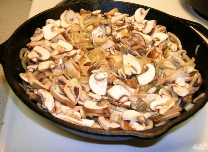 На ту же сковороду добавьте масло сливочное. Лук порежьте полукольцами и обжарьте, добавьте к нему также чеснок нарезанный, лавровый лист, специи, обжаривайте, пока лук не станет мягким. Грибы порежьте четвертинками (не мелко) и добавьте к луку. Перемешайте все и готовьте до мягкости грибов.