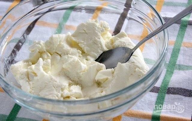 Сделайте творожный крем. Творог перемешайте с обычным и ванильным сахаром, а также с яйцом. Для мягкости перебейте массу блендером.