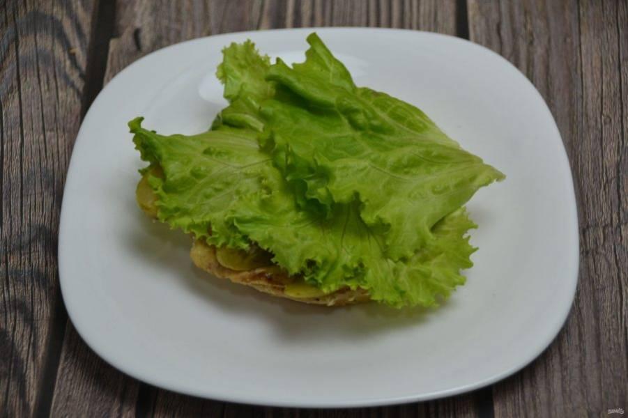 На огурцы выложите салатные листья.