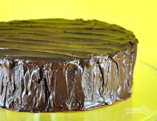 Остывший бисквит смажьте ганашем. Можно подавать торт к столу. Приятного чаепития!