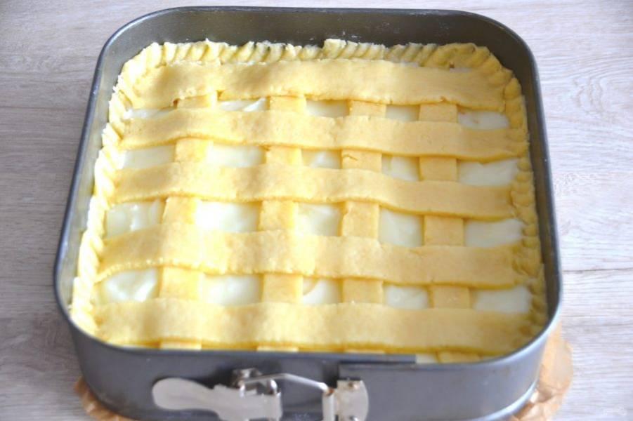 """Из оставшегося теста сделайте полоски, выложите в виде """"плетенки"""" на пирог. Концом ложки или вилки оформите бортик пирога. Выпекайте при температуре 180 градусов 25-30 минут."""