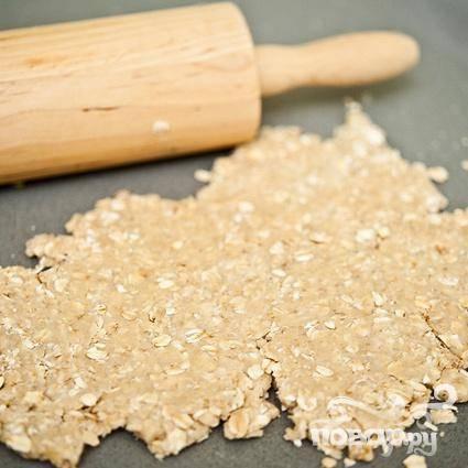 4. Выложить тесто на слегка посыпанную мукой поверхность и сформировать из него шар. Раскатать около четверти теста толщиной 8-12 мм.