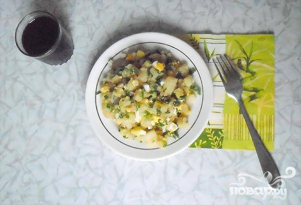 5.Салат тщательно перемешиваем, двадцать или тридцать минут даем ему настояться. Заправить такой салат можно майонезом или сметаной. Блюдо готово.