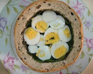 На зелень уложить порезанные яйца.