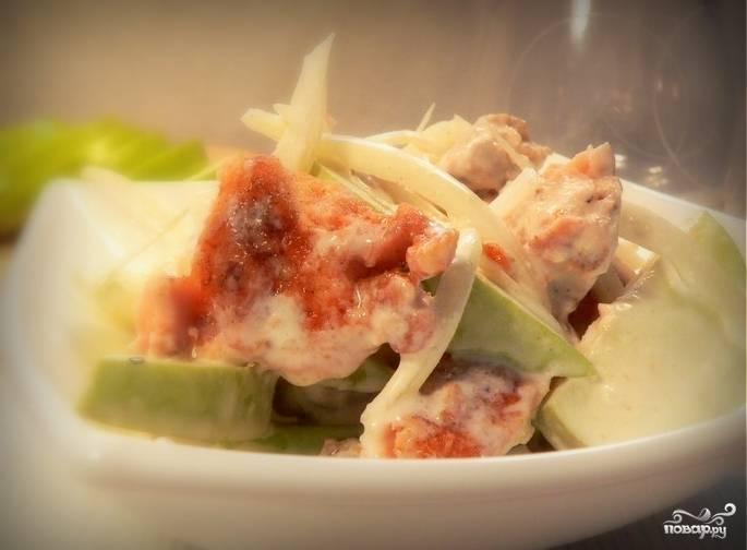 Все ингредиенты сложить в салатник, полить заправкой и осторожно перемешать.  Салат с горбушей и яблоком готов!