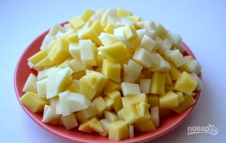 Картофель промойте, почистите и нарежьте кубиками.