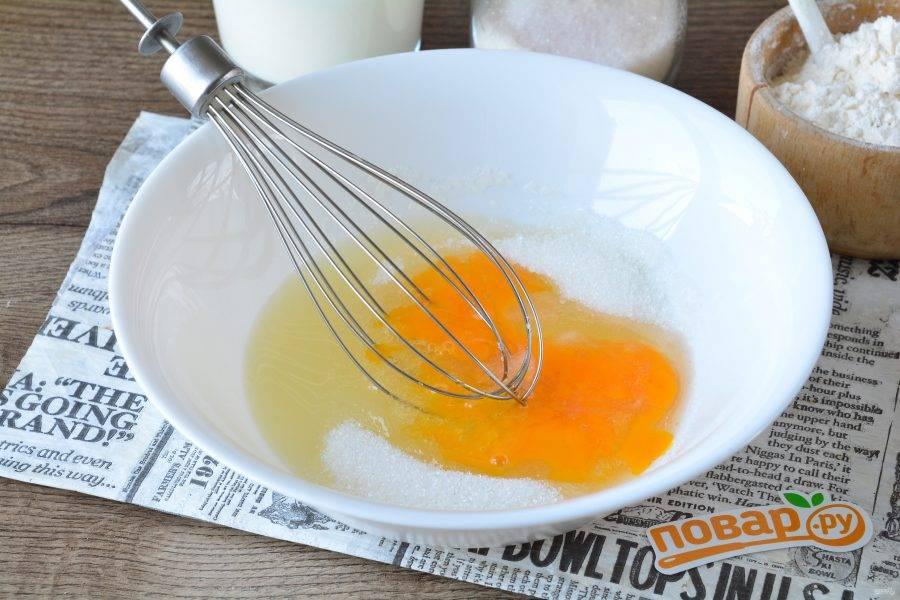 Яйца взбейте с сахаром при помощи венчика. Всыпьте и ванильный сахар.