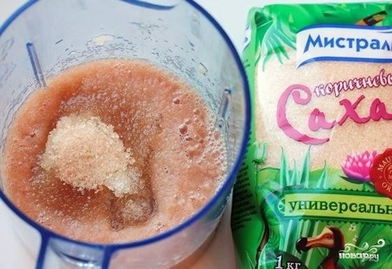 Груши вымойте и очистите от кожуры. Достаньте семечки и сердцевинку, затем порежьте фрукты на произвольного размера кусочки. Положите груши в чашку блендера, измельчите их до пюреобразной консистенции. К фруктам добавьте лимонную кислоту, желатин и сахар. Тщательно смешайте все ингредиенты, оставьте их на десять минут, чтобы желатин успел набухнуть.