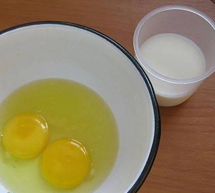 1. Яйца взбиваем с молоком и сахаром до однородности. Затем добавим манку и оставим постоять полчаса, чтобы манка набухла.